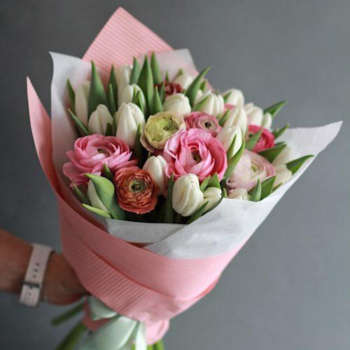 Букет из белых тюльпанов и розовых ранункулюсов