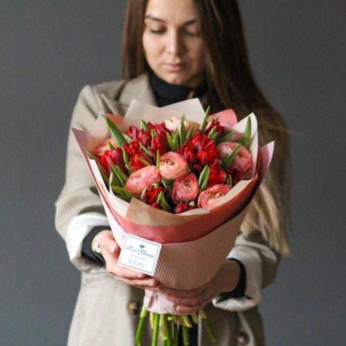 букет из красных тюльпанов и ранункулюсов с доставкой в москве купить