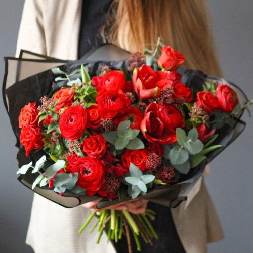 Букет из ранункулюсов и роз с бесплатной доставкой в Москве