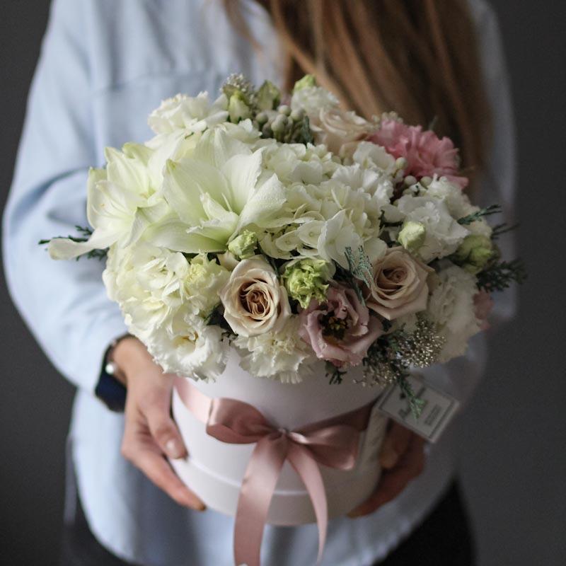 шляпная коробка с розами и амариллисом с бесплатной купить в москве