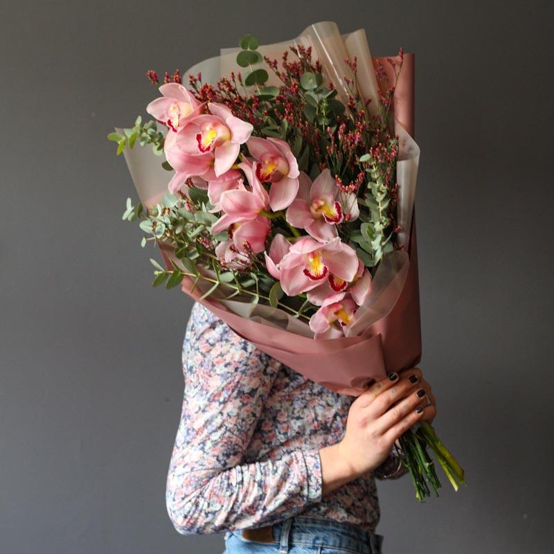 buket iz orhidei i vetochek evkalipta