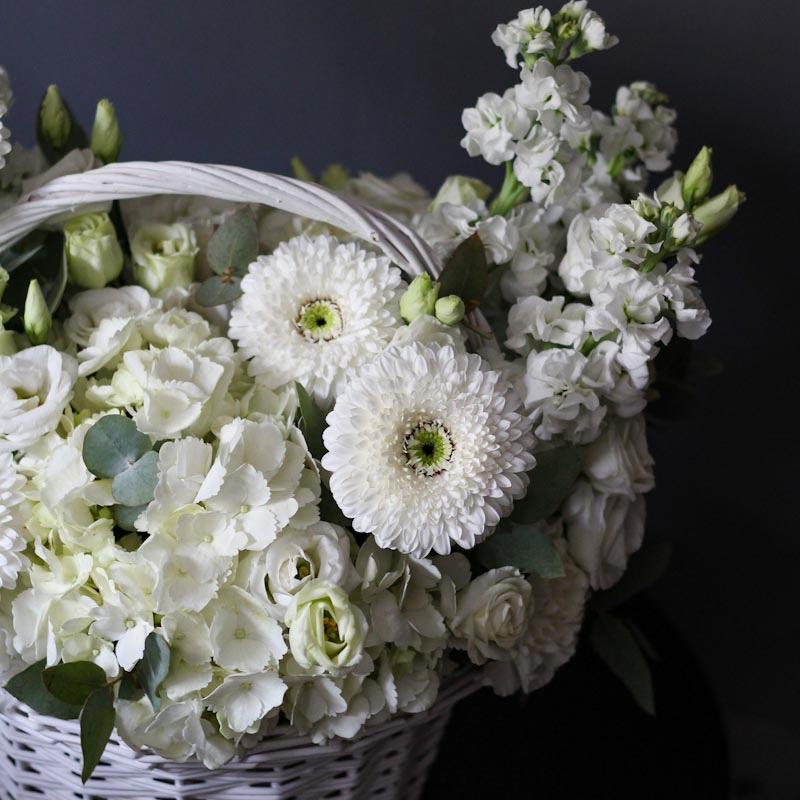 Korzina v beloj gamme s gerberami